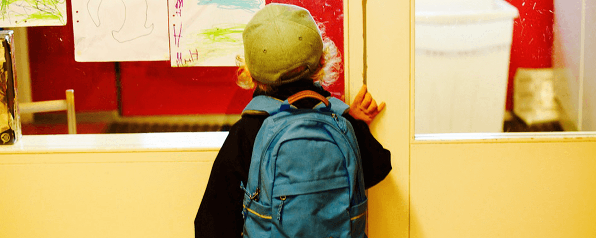 Kind an der Schultür
